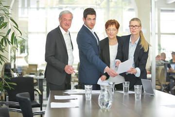 Business Team bei Planung im Konferenzraum