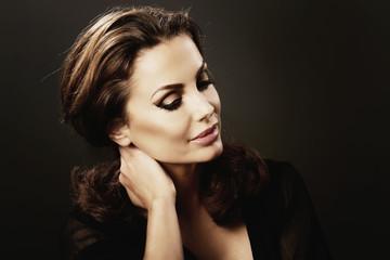 portrait jolie femme brune glamour