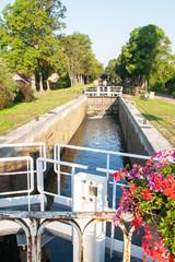 Canal de Bourgogne et écluse à Vandenesse en Auxois, Côte d'Or, Bourgogne, France