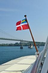 Flagge der Bahamas vor Brücke