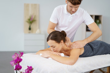 frau entspannt bei einer nackenmassage