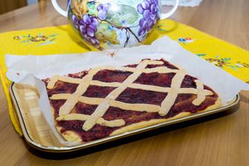 Crostata di prugne fatta in casa, primo piano cucinare dolci, torta