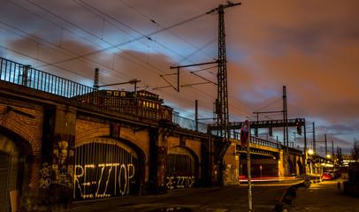 Bahnlinie in düsterer Gegend in Hamburg im Morgengrauen