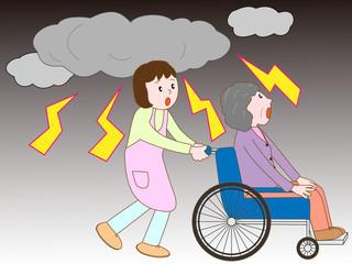落雷で車いす老人と介護士が避難している