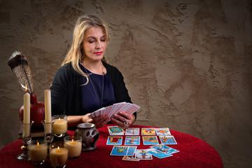 Женщина за столом гадает на картах