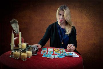Красивая женщина со столом с гадальными картами и рождественской елкой