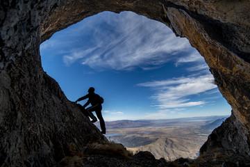 mağarada keşif gezisi ve meraklı bakışlar
