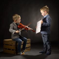 Kinderen maken samen muziek met noten en viool