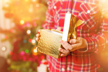 Ein Kind packt die Weihnachtsgeschenke aus