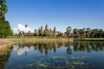 Papiers peints Edifice religieux Angkor Wat with reflection in water