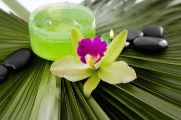 Tuinposter Spa Spa set on palm leaf