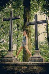 Femme sexy devant les croix de Notre-Dame du Château