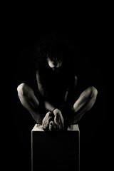 Femme en clair-obscur et robe noir transparente