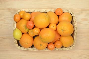 Cesta con naranjas, mandarinas y limones, cítricos