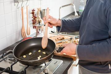 Cucinare soffriggere aglio in padella, cucina italiana