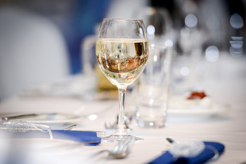 Weißwein auf dem Tisch