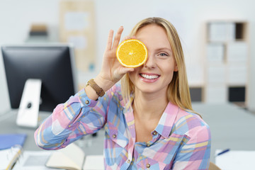 junge frau ernährt sich gesund im büro