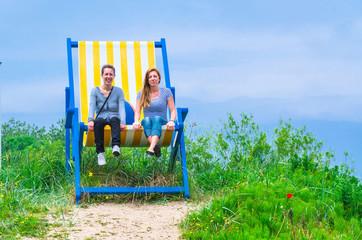 Großer Liegestuhl mit 2 Frauen