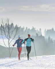 Langläufer an einem kalten und diesigen Dezembertag