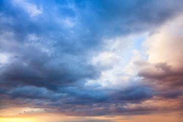 Fototapeta premium Kolorowe niebo z chmurami na wczesnym rankiem