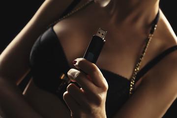 femme sexy nue avec clef usb