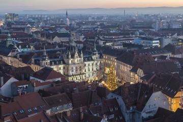 Blick vom Uhrturm auf das Rathaus Graz zu Weihnachten