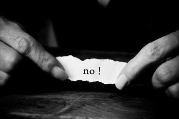 concept mains de femme et message  sur papier déchiré - no !