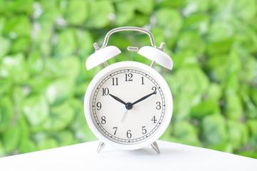 目覚まし時計 緑色の背景