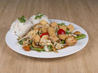 Gebratenes Gemüse mit Cashew-Nüssen und Tofu
