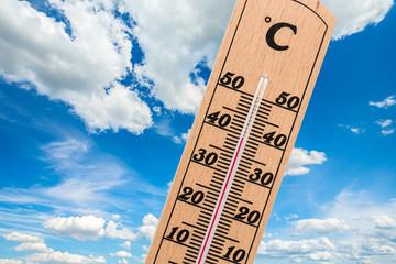 thermometer mit wolkenhimmel