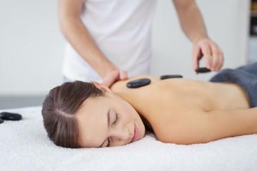 frau entspannt bei einer hot stone massage