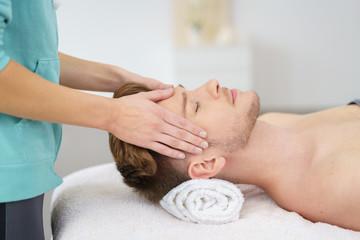 mann entspannt bei einer kopfmassage