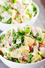 Potato salad with peas and ham