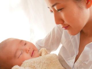 赤ちゃん乳児と母