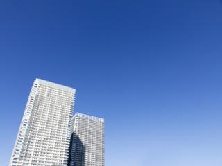 タワーマンションと青空 コピースペース