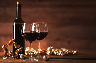 Spoed Foto op Canvas Wijn Red wine and Christmas ornaments on wooden table on wooden background