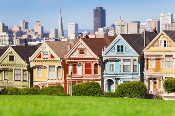 Fototapete - Painted ladies and San Francisco view