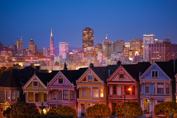 Fototapete - Painted ladies and illuminated San Francisco