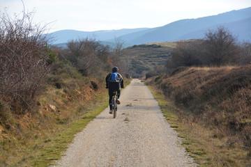 ruta ciclista por un camino de montaña