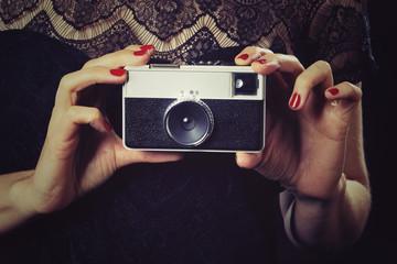 femme sexy avec appareil photo vintage