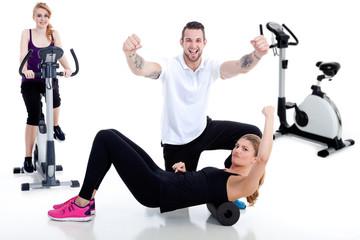 Menschen beim Sport, Trainer motiviert Frauen