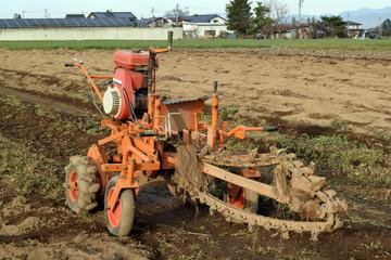 長芋 ゴボウ 収穫の土堀機械 チェーン式トレンチャー