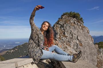 Teenager auf der Mauer, Selfie-Aufnahme am Wendelstein-Gipfel
