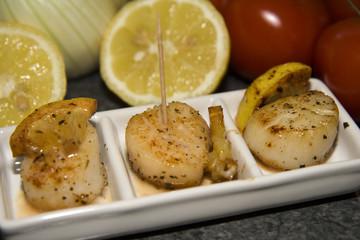 Kochen mit Jakobs-Muscheln, mediterran, (fertige Vorspeise)