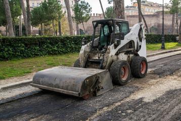Pala meccanica per rifacimento manto stradale