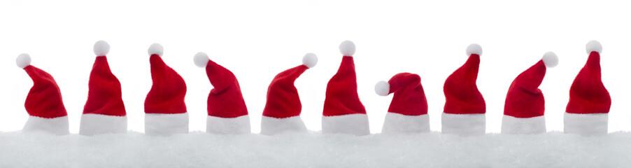 10 Weihnachtsmützen im Schnee