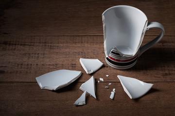 Obraz broken cup on wooden background - fototapety do salonu