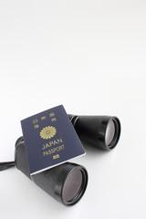 パスポートと双眼鏡