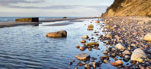 Kamienista plaża pod klifem w Wolińskim Parku Narodowym