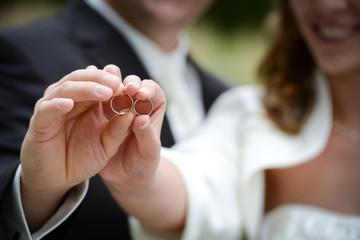 Brautpaar zeigt Eheringe
